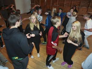 Massor av barn i olika åldrar dansar i Föllinge.