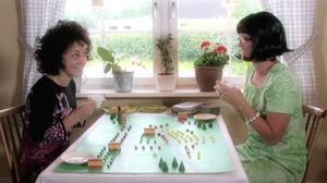 Två skvallerfikande damer medverkar i kommunens kulturavdelnings första reklamfilm.