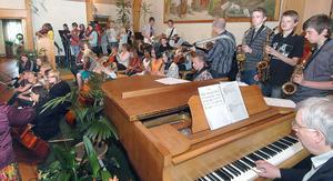 Det blev trångt på estraden när alla musikskolans elever i Alfta gemensamt framförde So what.