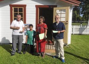 Sven-Åke Johansson, Grangärde, med barnbarnet Nikolaj, från Borlänge, firade tillsammans med Karin Zetterqvist och Larsåke Augustsson, bägge Dala-Floda, Grengehusets 10-årsjubileum.