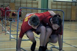 I trebensstafetten bildade en pojke och en flicka ett lag i laget. De skulle ta sig igenom en hinderbana, men pojkens vänstra ben och flickans högra var hopbundna för att göra det svårare. Fyra pojkar och fyra flickor ställde upp i varje lag.