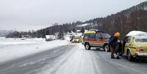 En bil och en lastbil krockade på E4 mellan Ullånger och Docksta. Flera personer skadades.