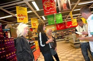 COOLA. Skutskärstjejerna Julia Samuelsson, Sofia Ojamäe, Amanda Andersson och Julia Larsson ville ha Tobbe och Markoolios autografer.