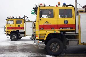 Larmet går från en hangar. Brandstation Norr ligger närmare men Jon och Emil kör ut bilarna och håller sig beredda.