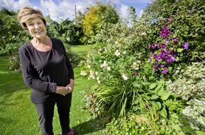 Monica Yngvesson i sin stora trädgård.
