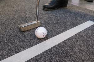I montern hos Sandnäsets golfklubb kunde den om ville testa att putta.