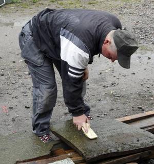 – Tidigare brukade titeln på den avlidne graveras i stenen, nu håller det på att försvinna helt, säger Håkan.