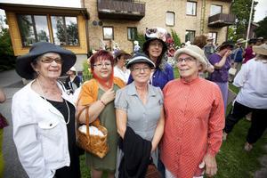 Damer i hatt. Harriet Karlsson, Anna-Liisa Söderlind, Kerstin Bodell, Rose-Marie Eriksson och Inger Henriksson poserar i sina hattar innan det är dags för kaffe och kakor.