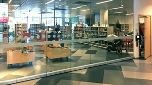 På exempelvis helgerna kan föräldrar ta med sina barn och i lugn och ro besöka biblioteket, även fast det inte är någon personal där.