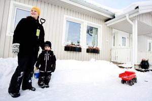 """Det finns många fördelar med Sånghusvallen, enligt Mia Edström. """"Här är det nära till dagis och barnen har sina kompisar in på knuten. Nackdelen är väl att det än så länge inte finns någon lekplats""""."""