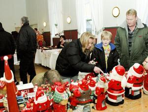 Nissar på rad. Jeanette Edlunds svaghet i juletid är tomtar i alla dess former. Några fyndade hon under julmarknaden i Ställberg. Alex Edlund och Jyrki Paajanen fanns med som smakråd.