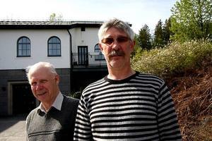 Både Hubert Gustafsson och Curt Larsson tycker det känns bra att det äntligen närmar sig byggstart för Gudmundrå församlings nya krematorium.