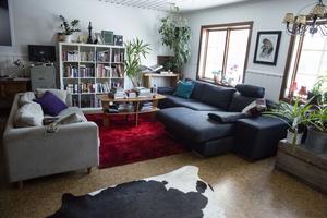 – Vi har egentligen bara målat taket och väggarna. Det var brun träpanel upp till halva väggen, sedan var det mossgrön filttapet och träfärgat tak. Så det var riktig sådan missionshus-känsla, säger Karin.