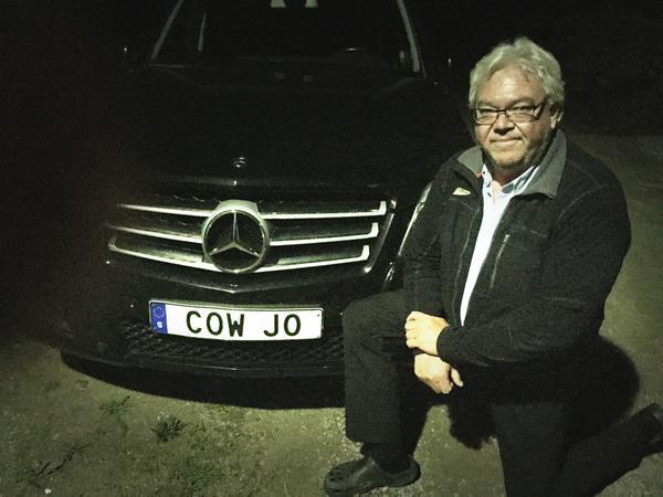 En lysande idé, även på de mörka vägarna utanför Kungsåra. Ingen kan tveka över vilken bil som tillhör Johan