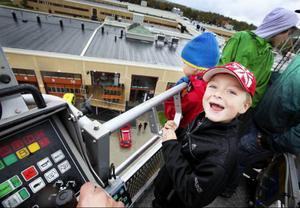 """Att åka högt upp i luften med räddningstjänstens skylift var coolt både för barn och vuxna. """"Jag hade kunnat åka högre"""", säger Hampus Leoson från Frösön."""