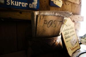 4. Post i butik är uppenbarligen ingen ny företeelse. Hos Hökarns i Östby finns en postkorg kvar på väggen.
