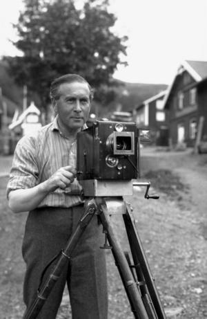 """Thure Marcus, direktör för Grand i Åre i början av 1900-talet, dokumenterade utvecklingen i byn med sin filmkamera. Hans filmer har utgjort underlaget för Ingrid Jonsson Wallins dokumentär """"Utför ängarna""""."""