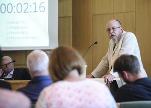 Johan Toll (MP) tycker inte att kommunen har råd med någon bandyhall.