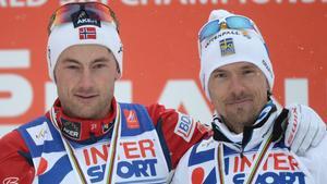 Petter Northug kramar om Johan Olsson efter femmilen i Falun 2015.
