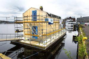 I augusti beräknas modulhuset i hamnen vara klart för inflyttning.