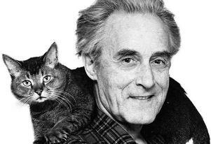 Akademiledamoten Werner Aspenström (1918–1997) med katt.  Foto: Rolf Petterson
