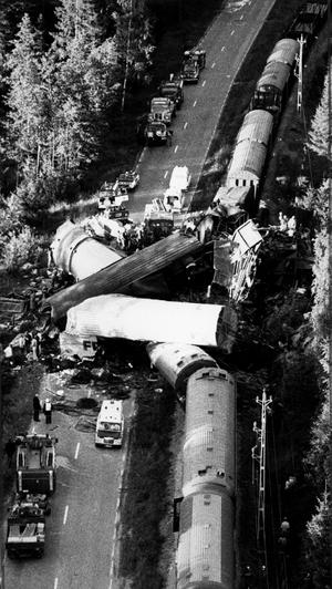 Kollisionen blev som framgår av bilden fruktansvärd. Det är åtta vagnar och två lok som helt demolerats i mitten. Bärgningsarbetet blev mycket svårt. Gamla E18 blockerades helt. Trafiken fick dirigeras om över bl.a. nya E18.