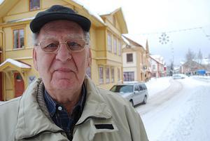 Olle Nygren, 83 år, med många polisminnen från Leksand, tycker det är synd att polisstationen nu försvinner.