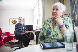 Fredrik Brink får hjälp med Facebook av mamma Gunilla och sina personliga assistenter.