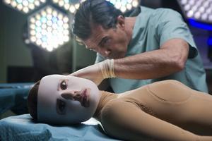 Antonio Banderas filmar åter med Pedro Almodóvar. Här i rollen som galen professor som karvar i sin levande labbråtta (Elena Anaya).
