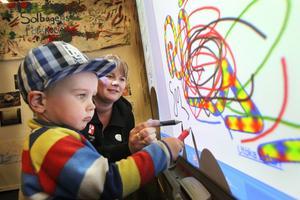 Förskolläraren Sara Humla, Solbågens förskola, visade Neo Iggbom, Idenor, hur man använder digitala verktyg i förskolan.