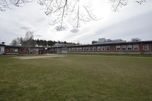På ytan norr om skolan, som idag är fotbollsplan och beachvolleybollplan ska det byggas en entrébyggnad. Foto: Jan Wijk