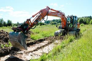 Maskin. Schakten som undersökts grävs först ut med maskin. Det gäller att hålla koll redan från början, i fall något dyker upp.