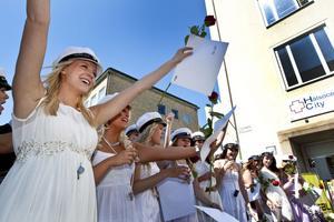 Victoria Ullström och hennes klasskompisar jublar. De är Realgymnasiets första studentkull.