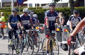 Örebrocyklisternas Göte Pettersson körde Vätternrundan på 9.15. Bakom honom syns klubbkamraten Kent Ottosson som fick samma tid.