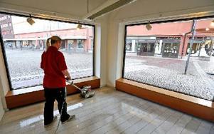 När Madelene Holm tittar ut genom fönstret ser hon många lediga lokaler vid Sveatorget. Foto: Johnny Fredborg