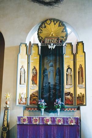ANNONSTAVLOR. I början av 1930-talet donerade fabrikören Christian Cederroth pengar till altartavlorna i den nybyggda Staffanskyrkan i Gävle. Det är nog därför som målningarna av de fyra apostlarna har samma form som dåtidens Samarinflaskor.