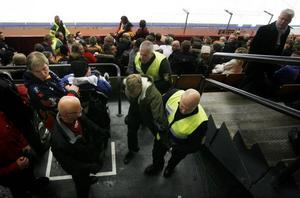 En av bråkstakarna som vakterna tog hand om under matchen.Foto: AnnaKarin Björnström