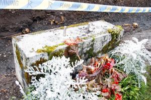 Den medeltida kyrkogården ligger precis intill den vanliga kyrkogården, anledningen till att jorden inte återanvänts under 900 år för nya gravar är på grund av den mur som tidigare stod där.