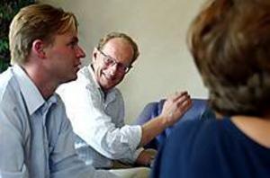 Foto: ANNAKARIN BJÖRNSTRÖM Folkpartist. Före detta sjukvårdsministern Bo Könberg, fp, fanns på tisdagen på plats i Högbo för att diskutera bland annat FINSAM, samarbetsprojektet mellan försäkringskassa och landsting.