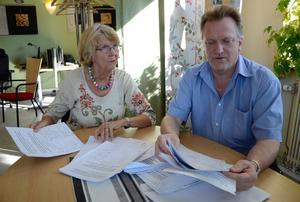 Protest överlämnad. Ann-Britt Strömqvist, initiativtagare till namninsamlingen, lämnar över resultatet till bildningsnämndens ordförande Allan Myrtenkvist (S).