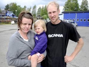 Sandra Molander och Lennart Molander har medvetet valt att vänta med att skola in dottern My, tre år, på förskola för att hon ska få plats i Kövra.