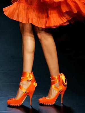 VID OCH KORT. Nitar ser vi mer av i vår liksom den korta klänningen med vidd i kjolen. Här från Jean-Paul Gaultier.
