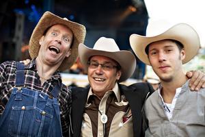 Trogen trio. Tennessee Mike, från bandet Tennesse Drifters tillsammans med Merle Haggard och Tommy Eriksson är trogna besökare. – Det är sjunde året i rad som vi är här. Vi är ett gäng från Finnspång som alltid åker hit. Det är en stor glädje att hänga på campingen och träffa allt folk som man har träffat tidigare år, säger Tommy.