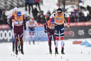 Johannes Kläbo till höger vinner och drar fram Sergey Ustiugov till andra platsen, medan Alexander Bolshunov, med nummer 2, kan hålla Calle Halfvarsson bakom sig.