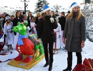 Lisa Renander och Julia Hamrin fick i går hjälp med att avtäcka årets juldrake av Timrås konståkare och Dragons basketspelare. Nu kan draken beskådas intill turistbyrån i centrala Sundsvall.