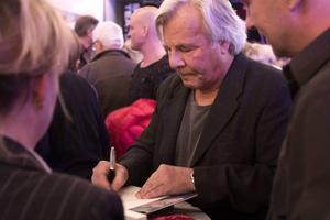 Kvällens mest namnkunniga författare, Jan Guillou, blev helt omsvärmad av besökare när signeringen tog sin början.