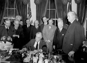 USA:s president Franklin D Roosevelt skriver under krigsförklaringen mot Japan 8 december 1941. USA:s inträde i kriget ses av många som vändpunkten i kriget. Efter det blev det i praktiken omöjligt för axelmakterna att vinna kriget. Arkivbild.   Foto: AP/TT