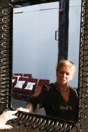 Blandat med konstverken finner vi speglar som avbildar oss själva.