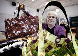 Kaarina Pakola från Blötberget sålde färgglada väskor, tillverkade av bland annat kaffepaket.