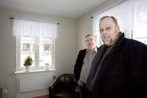 Christer Ekendahl och Hans Forsberg, vd respektive ordförande i Hoforshus, bjöd i går på en första visning av ortens nya seniorboende. Här är endast äldre välkomna att bo även om någon exakt nedre åldersgräns inte har satts. På lördag får allmänheten chans att titta in.